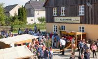Einlass zum Deutsch-Sorbischen Naturmarkt in Wartha (Foto: Ralf M. Schreyer)